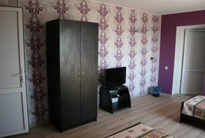 В каждом номере удобный шкаф и телевизор